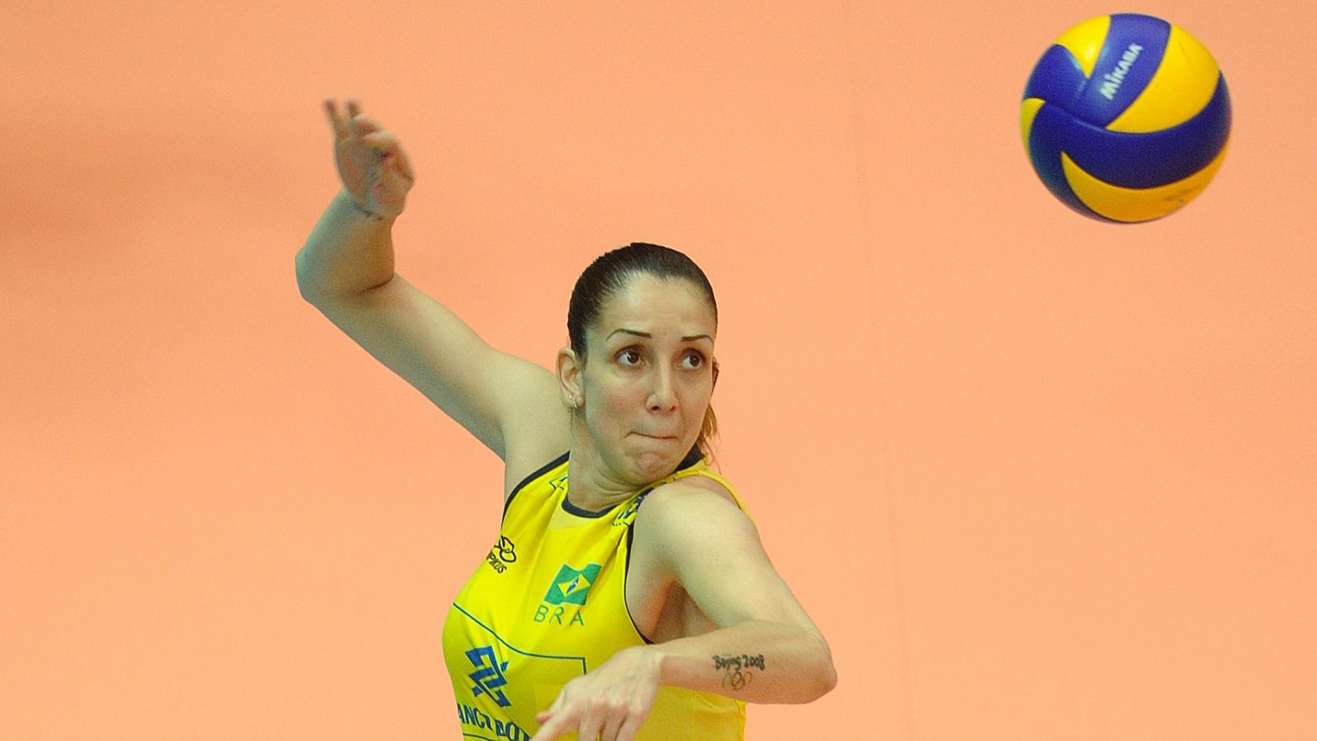 Thaisa salta para tentar o ataque na vitória brasileira contra a Tailândia