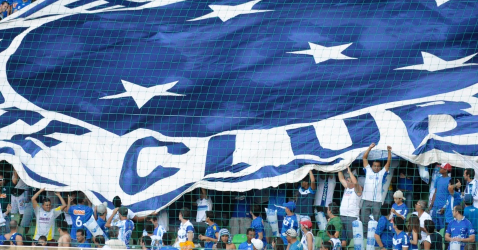 Torcida do Cruzeiro estende bandeira com o escudo do clube durante jogo contra o S&#227;o Paulo
