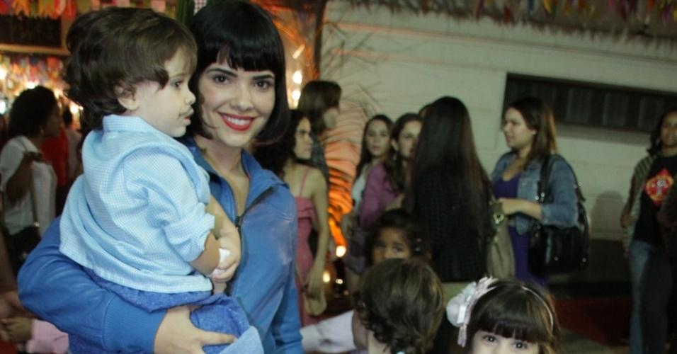 Vanessa Giacomo chega com os filhos ao