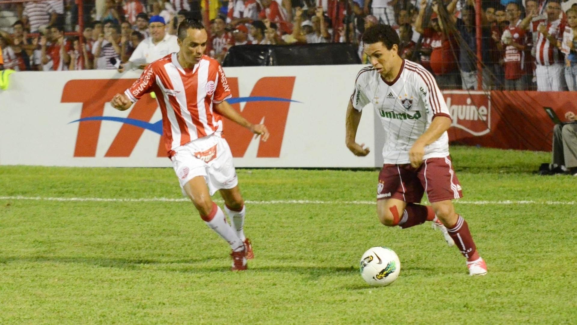 Wellington Nem, do Fluminense, tenta superar a marcação da defesa do Náutico