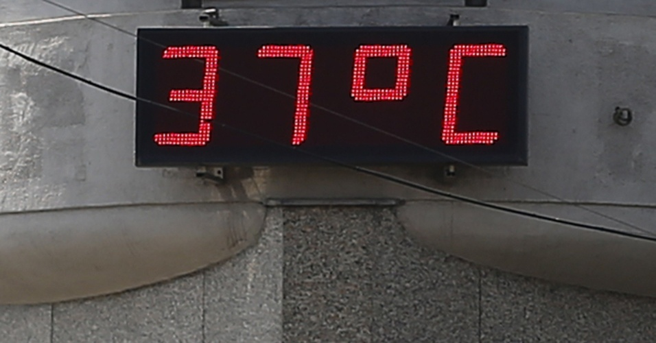1.jul.2012 - Termômetro digital mostra a temperatura de 37ºC neste domingo em Viena, na Áustria