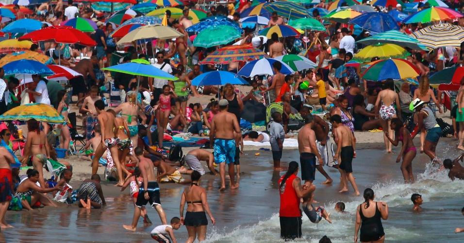 30.jun.2012 - Multidão lota praia de Coney Island, perto de Nova York, nos Estados Unidos