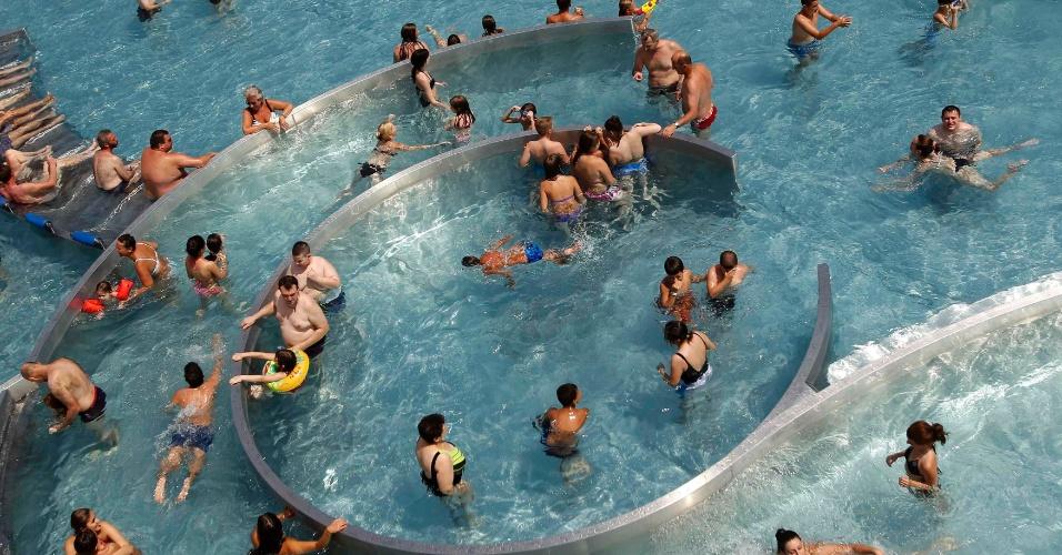30.jun.2012 - Pessoas se refrescam em uma piscina pública em Viena, na Áustria, sob temperatura de cerca de 37ºC