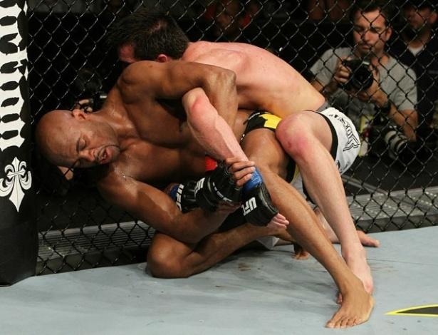 Anderson Silva aproveita erro de defesa de Chael Sonnen e tenta uma chave de braço no americano
