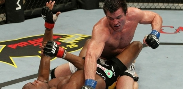Anderson Silva defende bem e Chael Sonnen no consegue encaixar uma sequncia de golpes