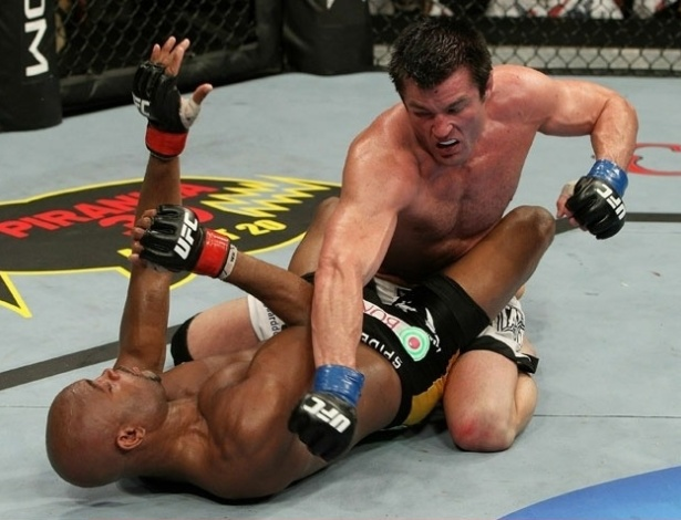 Anderson Silva defende bem e Chael Sonnen não consegue encaixar uma sequência de golpes