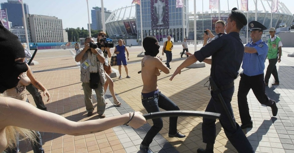 Ativista do Femen ameaça agredir policial durante protesto do grupo antes da final da Euro-2012