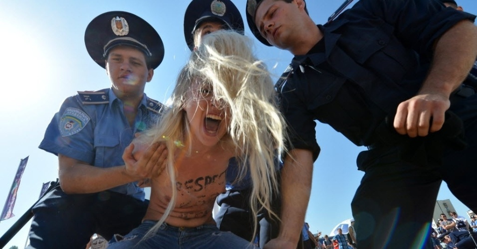 Ativista do Femen  detida durante protesto antes da final da Euro-2012