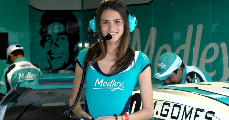Bela grid girl embeleza os boxes durante etapa de Londrina da Stock Car (01/07/2012)