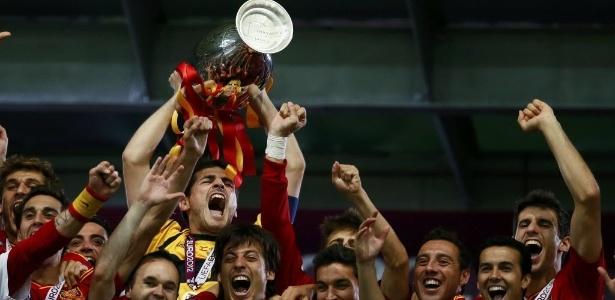 Capitão Iker Casillas levanta troféu após bater a Itália por 4 a 0 e vencer a Eurocopa