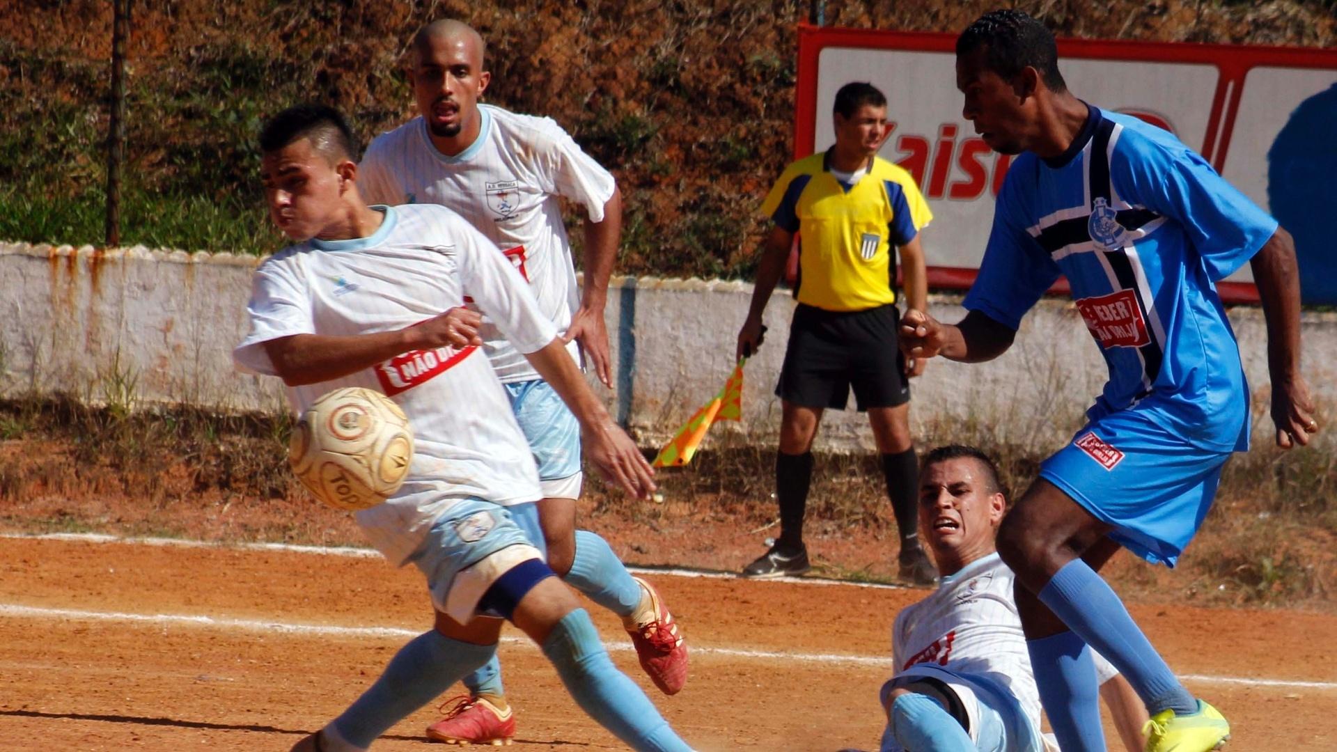 Disputa de bola acirrada na partida entre Ressaca (branco) x Irmãos Coragem (azul)