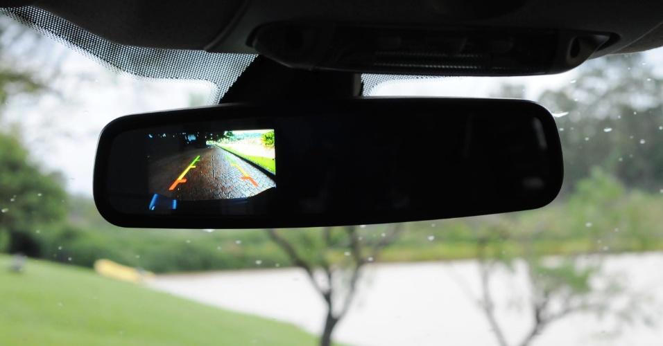 Imagem da câmera de ré, nas versões em que o item está disponível, é exibida no retrovisor