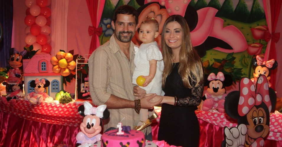 Iran Malfitano comemora o primeiro ano da filha Laura na zona oeste do Rio de Janeiro (1/7/12)