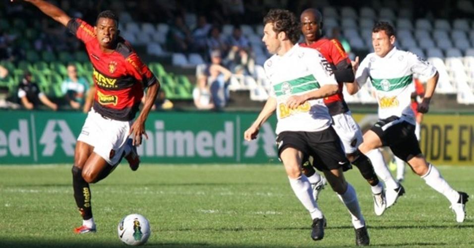 Jogador do Coritiba conduz a bola observado por marcador do Sport, em duelo no Couto Pereira