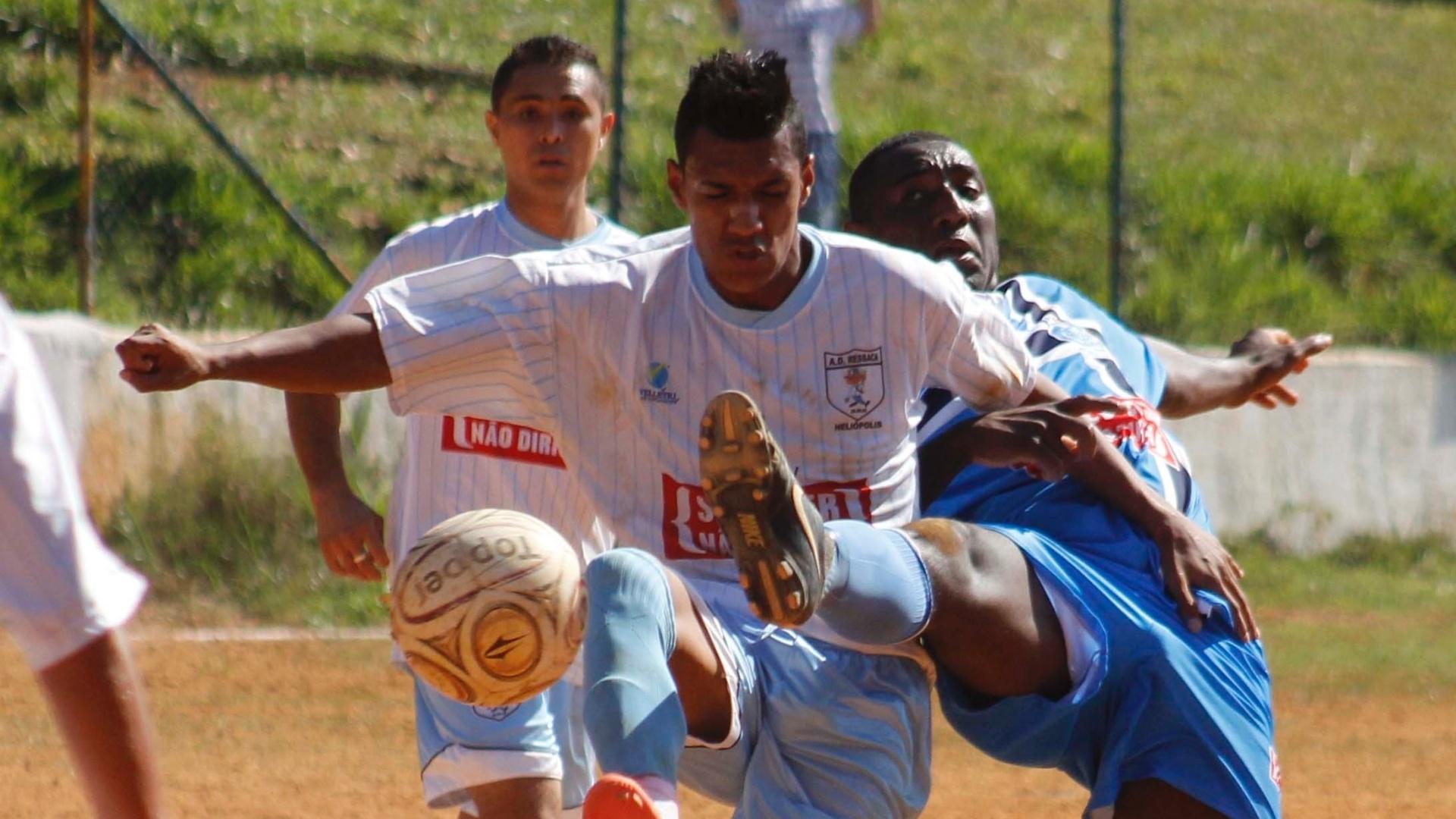 Jogador do Ressaca (branco) é fortemente marcado por zagueiro do Irmãos Coragem (azul)