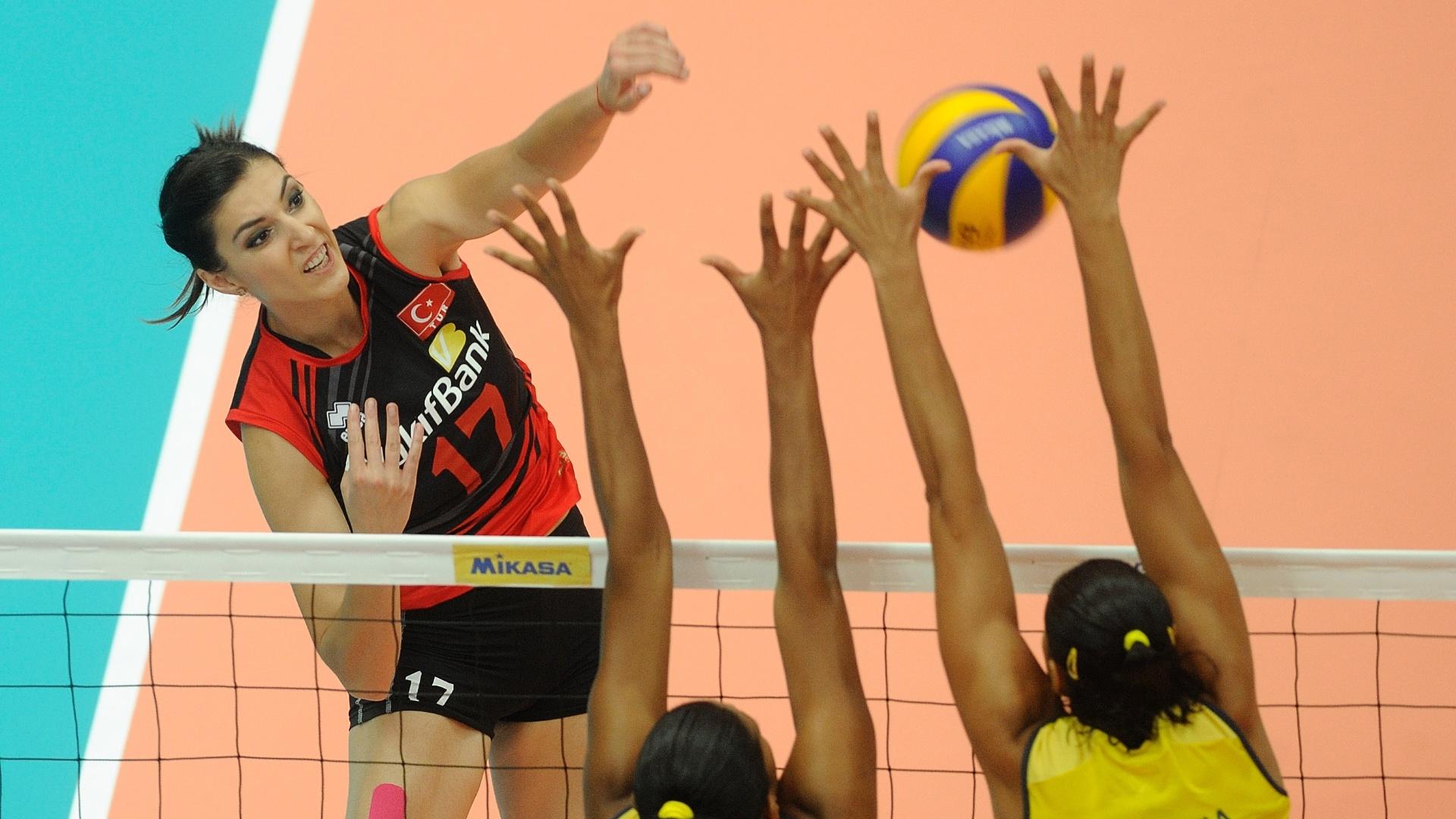 Jogadora turca tenta passar pelo bloqueio brasileiro