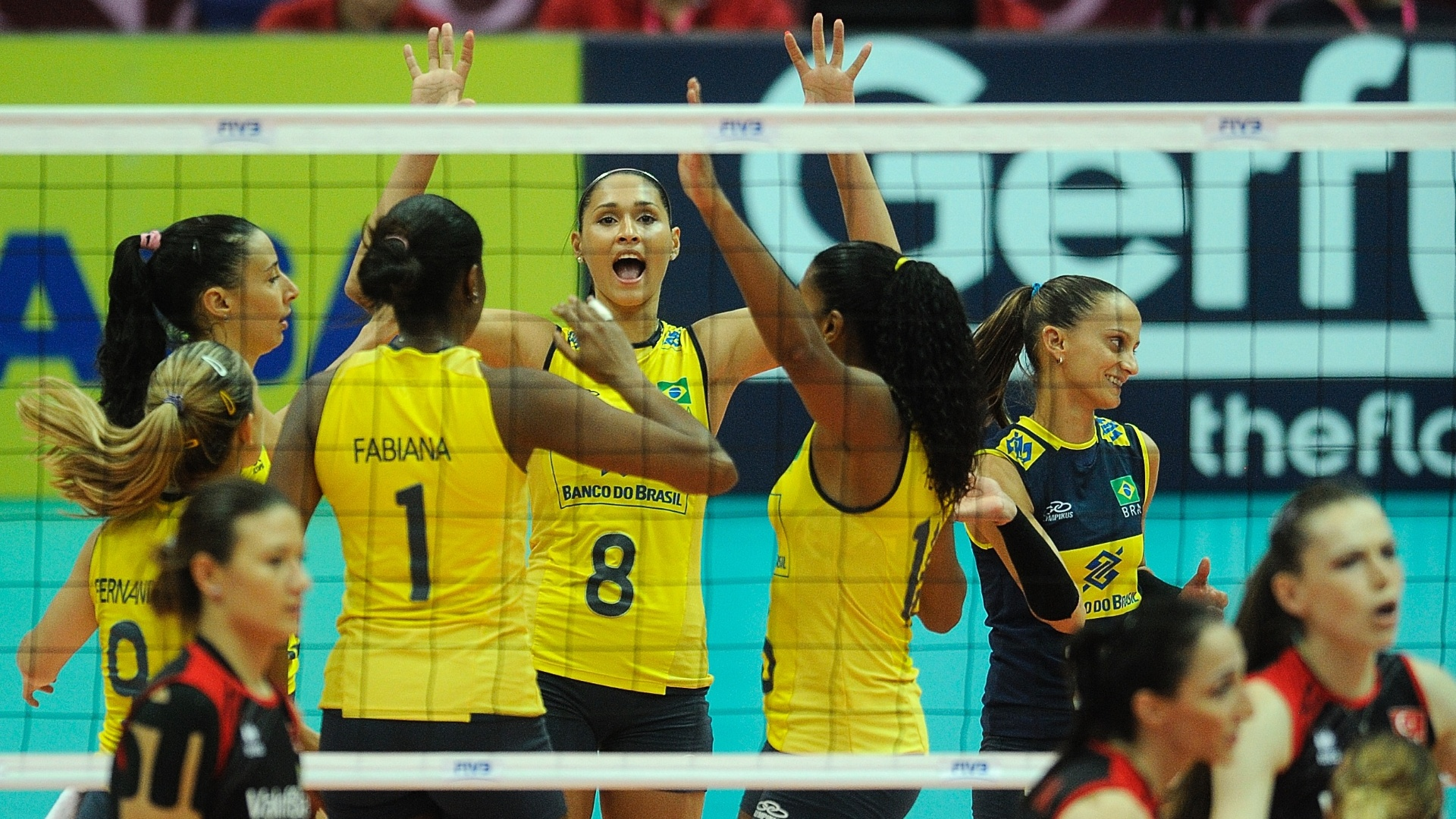 Jogadoras do Brasil comemoram vitória contra a Turquia pelo Grand Prix