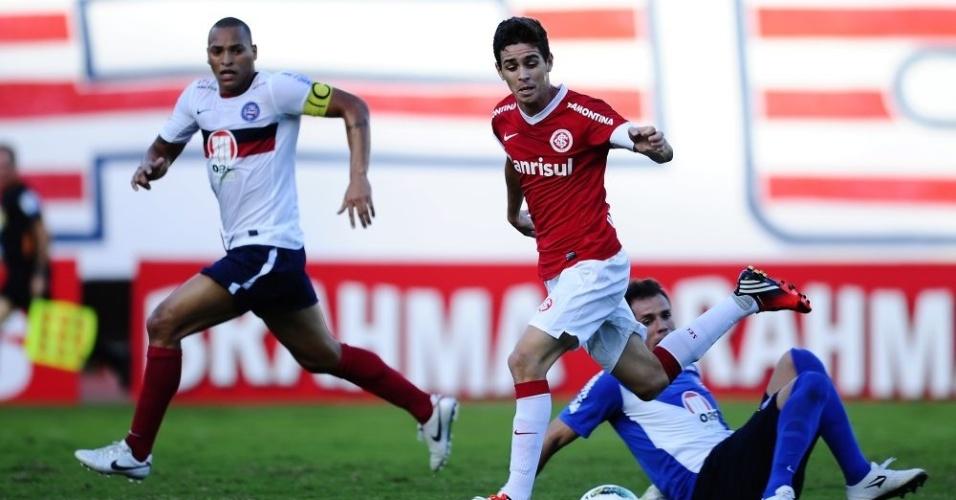 Meia Oscar em jogada ofensiva do Inter contra o Bahia (01/07/2012)