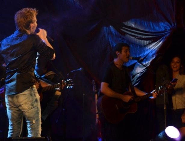 Michel Teló canta para Thais Fersoza durante show na noite de sábado (30/6/2012) no Recife