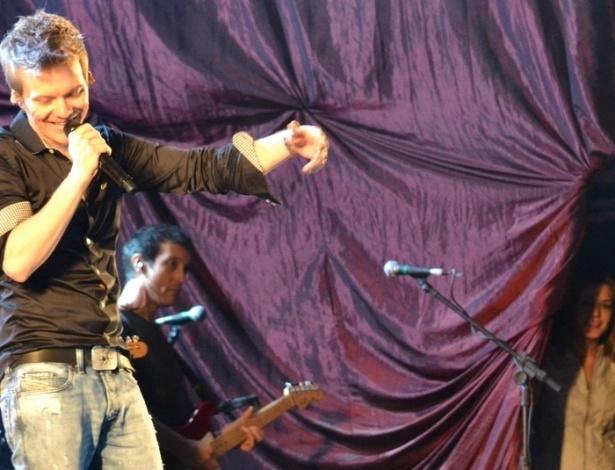Michel Teló tocou na noite de sábado (30/6/2012) no Recife; Thais Fersoza acompanhou do backstage