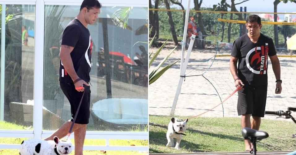 Minotauro passeia com Temaki, seu simpático cachorrinho, em praia da Barra, no Rio (1/7/12)