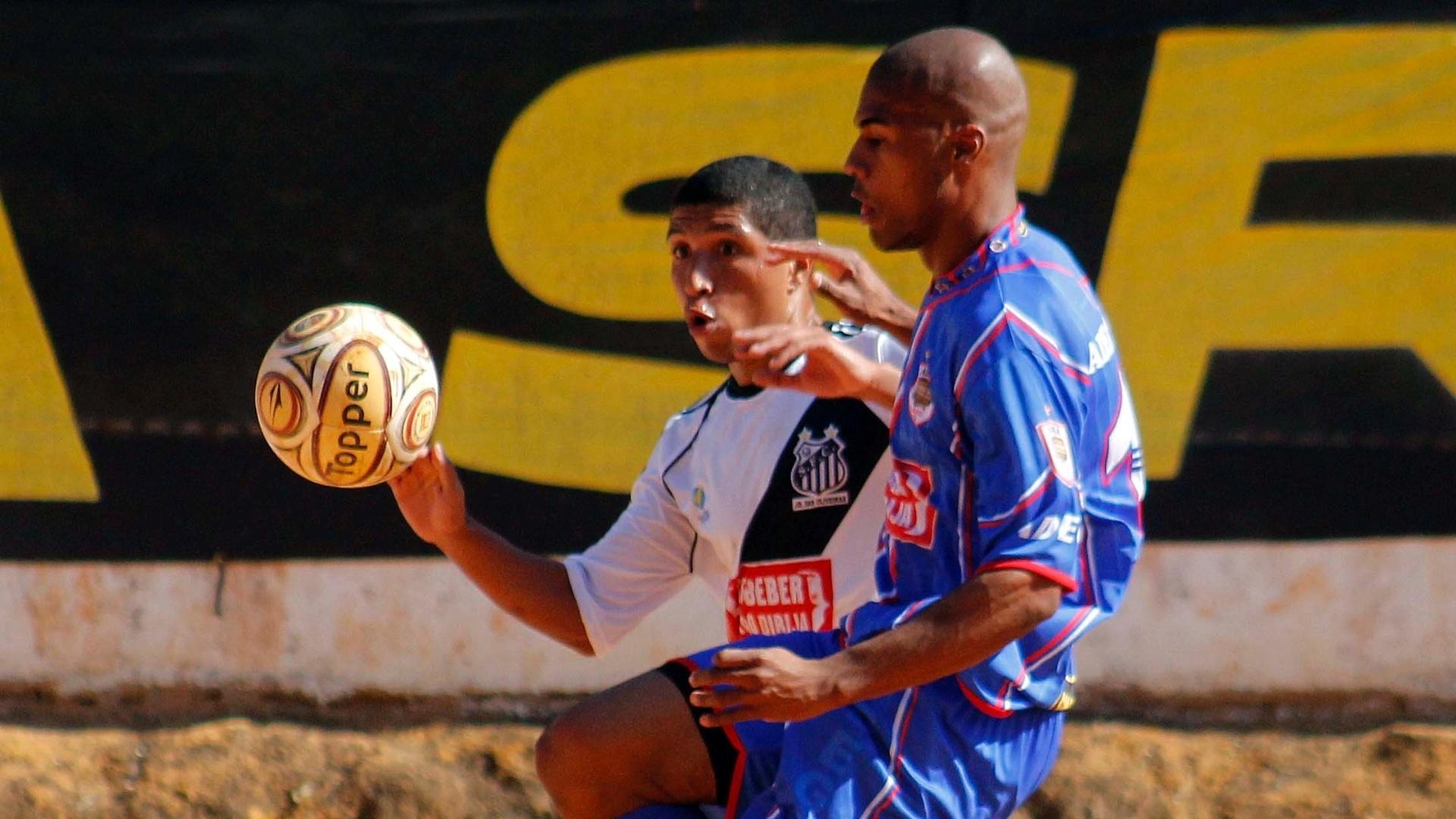 O Santos (branco) não encaixou o jogo e perdeu para o Adega (azul) por 1 a 0