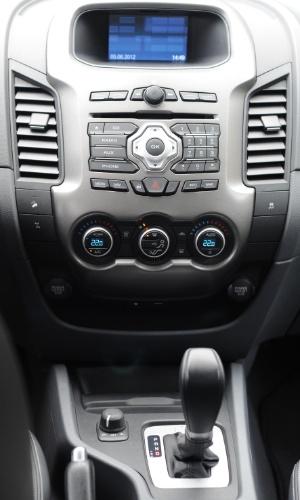 Painel frontal central reúne comandos do som e do ar-condicionado, este digital e de duas zonas