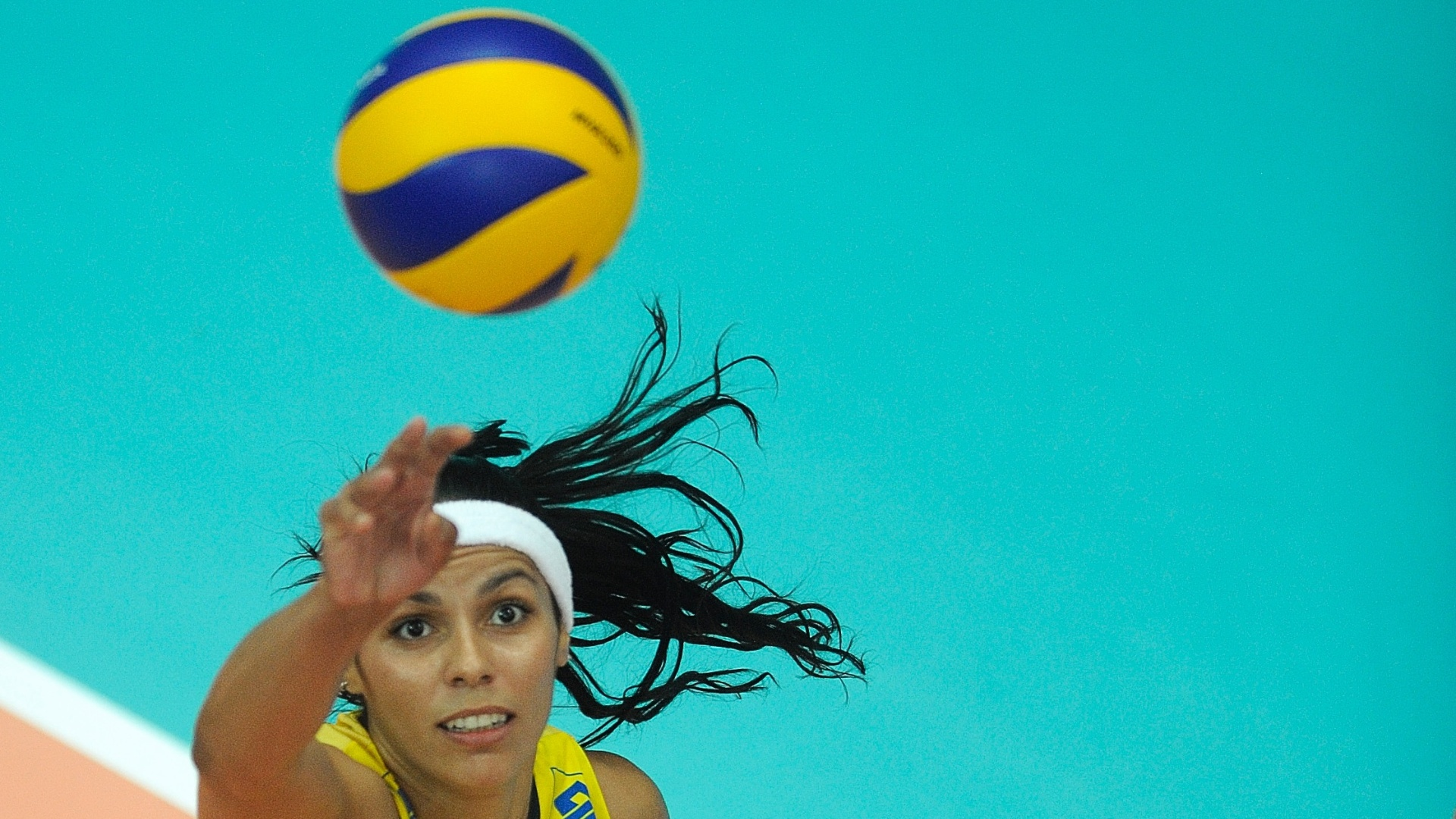 Paula Pequeno salta para tentar o ataque pelo Brasil contra a Turquia