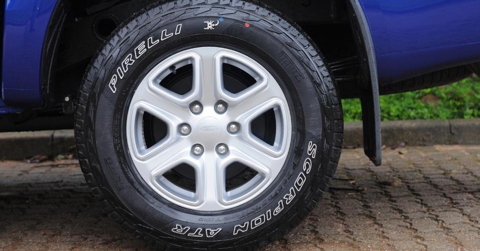 Pneus Pirelli todo-terreno calçam rodas de aro 17 nas versões XLT e Limited; na versão XLS o aro é 16