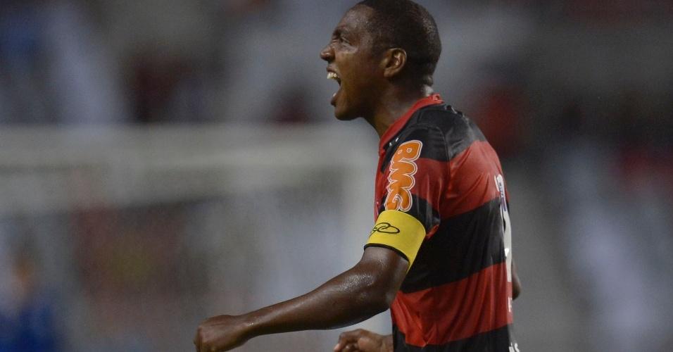 Renato Abreu comemora o gol marcado por ele, de falta, no duelo contra o Atlético-GO