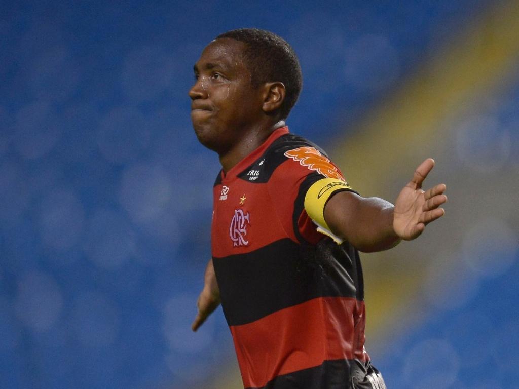 Renato Abreu comemora seu gol, marcado em cobrança de falta, no jogo contra o Atlético-GO