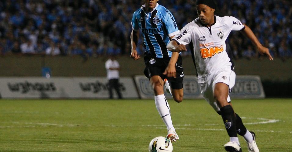 Ronaldinho Gaúcho conduz a bola e tenta jogada ofensiva para o Atlético-MG no duelo contra o Grêmio