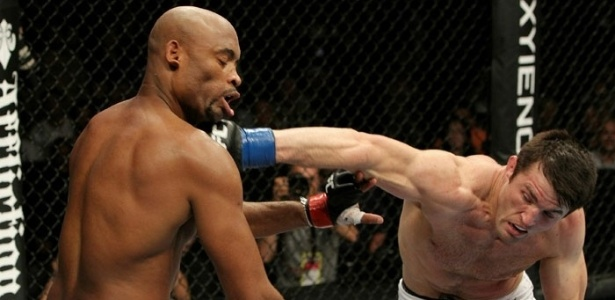 Sonnen acerta o queixo de Anderson Silva: norte-americano surpreendeu o mundo, dominou o combate e ficou perto da vitria, mas acabou batendo aps um tringulo do brasileiro 