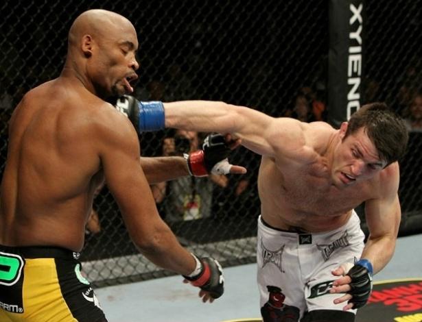 Sonnen acerta o queixo de Anderson Silva: norte-americano surpreendeu o mundo, dominou o combate e ficou perto da vitória, mas acabou batendo após um triângulo do brasileiro