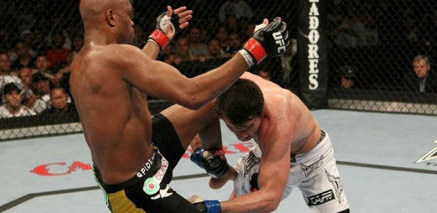 Sonnen tenta o 'knockdown' em Anderson Silva para mat-lo no cho e conquistar mais pontos