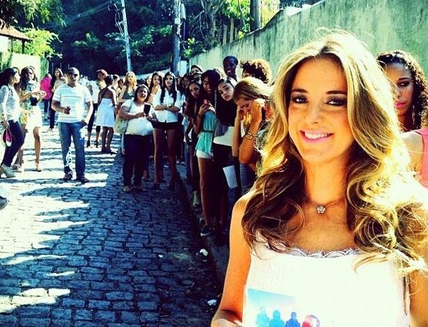 """Ticiane Pinheiro publicou no Twitter uma foto em que aparece com as candidatas a modelo do programa """"Top Model, o Reality"""" da Record, onde será uma das juradas. """"A galera na fila para participar da seleção do Top Model, o Reality aqui do Rio de Janeiro!!"""", escreveu (1/7/12)"""