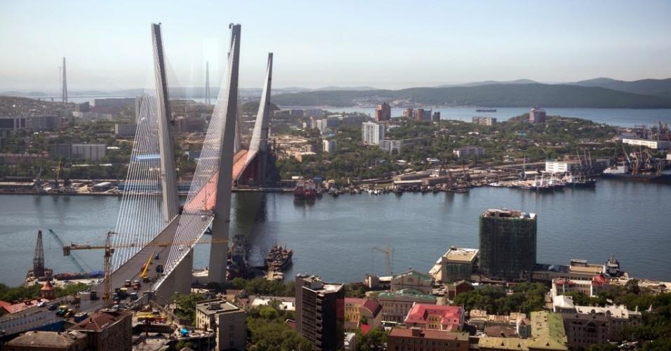26.jun.2012 - Ponte estaiada sobre o rio Chifre Dourado, em Vladivostok