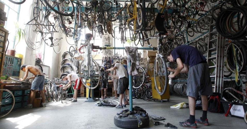 """2.jul.2012 - Ciclistas arrumam bicicletas em workshop de """"autoajuda"""" ciclística em Viena, capital da Áustria"""