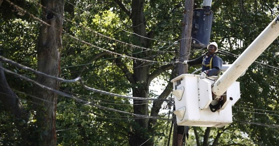 2.jul.2012 - Equipes trabalham para restabelecer o fornecimento de energia elétrica nos EUA após tespestade de sábado (30)