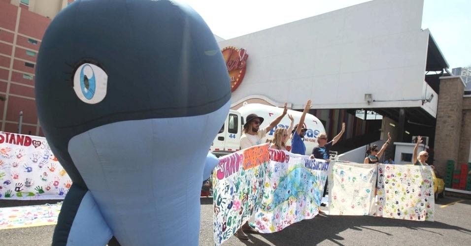 2.jul.2012 - Fantasiado de baleia (esquerda), manifestante participa de protesto durante a abertura da 64ª reunião anual da Comissão Baleeira Internacional, em Cidade do Panamá, capital do Panamá