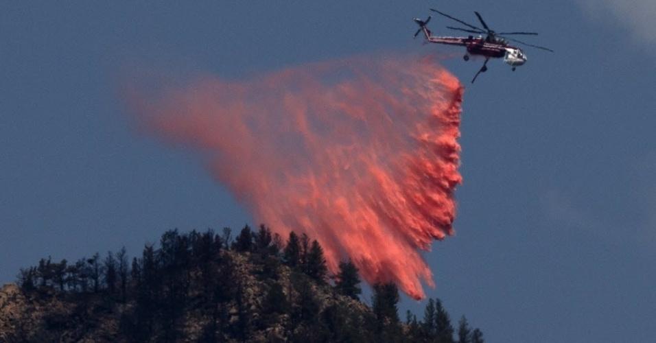 2.jul.2012 - Helicóptero despeja retardante em combate ao fogo no Cânion Waldo, no Colorado (EUA)