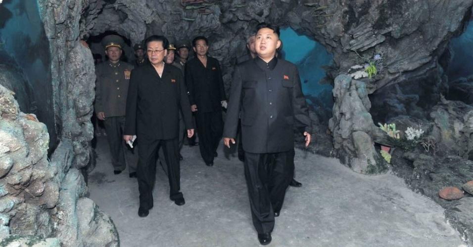2.jul.2012 - Kim Jong Un visita aquário de golfinhos em Pyongyang (Coreia do Norte)