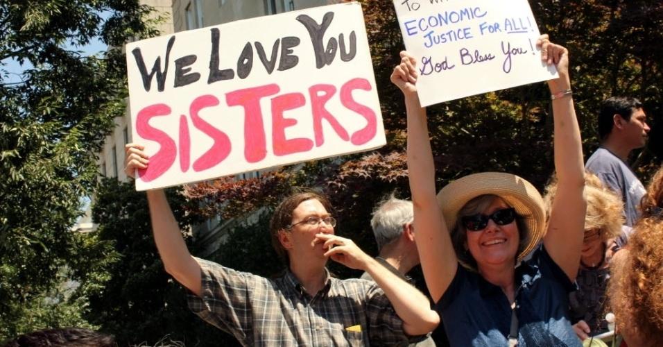 2.jul.2012 - Manifestantes seguram cartaz de boas-vindas ao grupo de freiras católicas que percorreu nove Estados dos EUA, de ônibus, para protestar contra os cortes na assistência social
