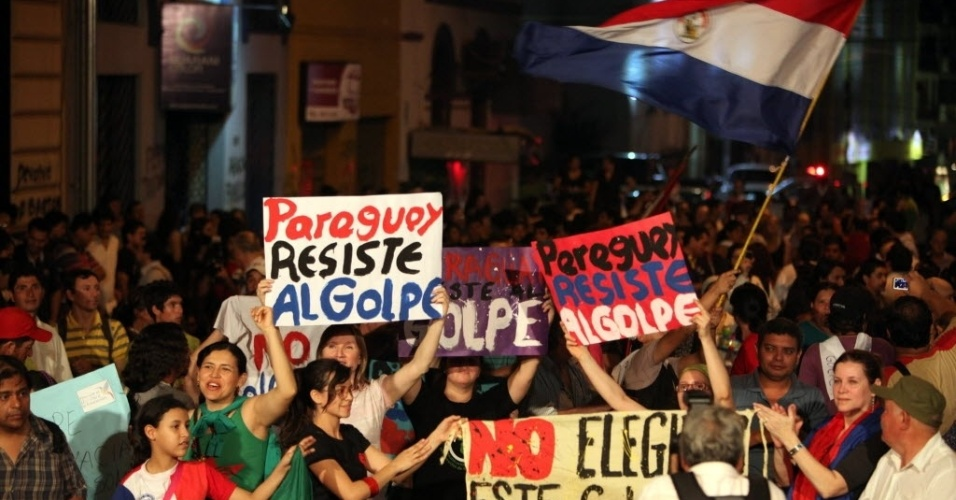 2.jul.2012 - Manifestantes v&#227;o &#224;s ruas de Assun&#231;&#227;o em apoio ao presidete deposto Fernando Lugo