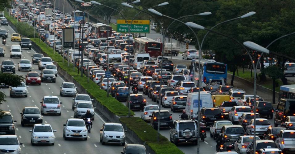 2.jul.2012 - Motoristas enfrentam trânsito na avenida 23 de Maio, em São Paulo, no início da noite desta segunda-feira