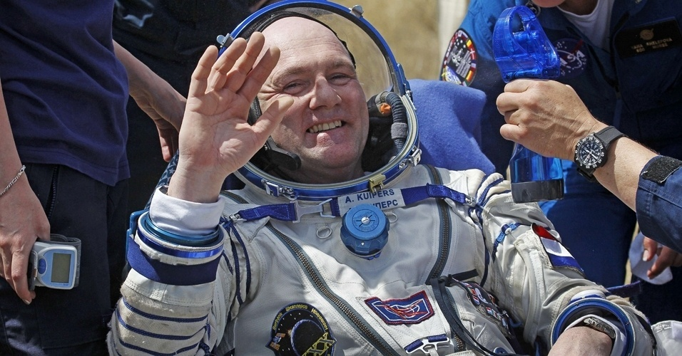 2.jul.2012 - O astronauta Andre Kuipers acena depois de pousar na Terra. A c&#225;psula que o trouxe de volta da Esta&#231;&#227;o Espacial Internacional aterrissou no Cazaquist&#227;o com sucesso