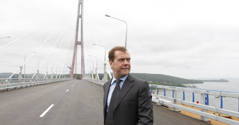 2.jul.2012 - Premi&#234; russo, Dmitri Medvedev, participa de cerim&#244;nia de inaugura&#231;&#227;o da rec&#233;m-constru&#237;da ponte estaiada sobre o rio Chifre Dourado, em Vladivostok (R&#250;ssia)