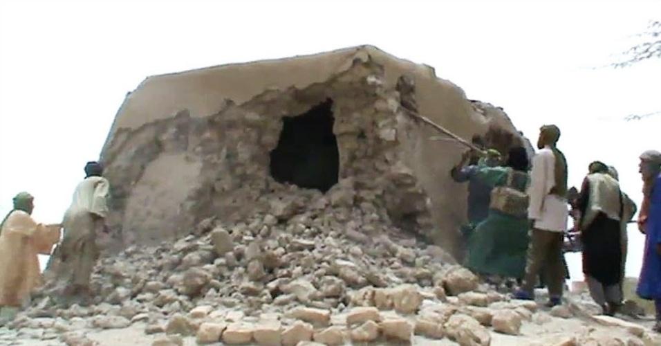 2.jul.2012 - Reprodução de vídeo mostra militantes islâmicos destruindo santuário antigo em Timbuctu, no Máli, um dia após os ataques contra sete dos 16 mausoléus muçulmanos da região