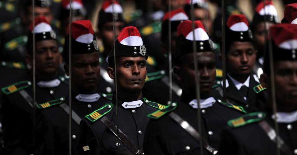 2.jun.2012 - Cadetes marcham em cerimônia de graduação de 140 novos oficiais do Exército do Sri Lanka em Diyatalawa