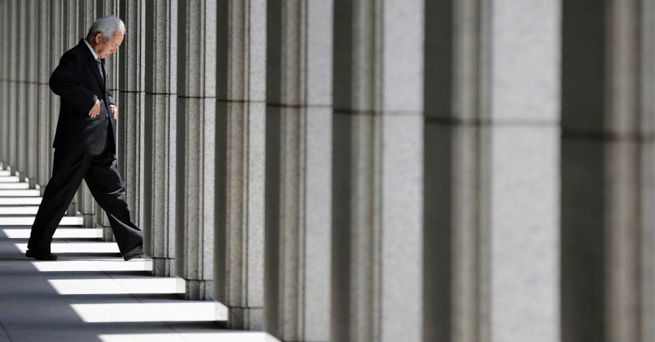 2.jun.2012 - Homem sai de edifício em frente ao Banco do Japão, em Tóquio